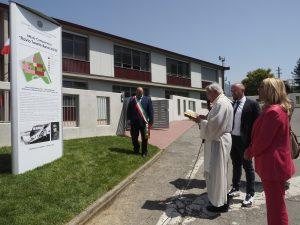 Inaugurazione scuola Villafranca - la benedizione alla struttura da parte del parroco don Giovanni Barbieri (foto Massimo Pasquali)