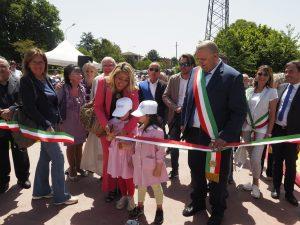 Inaugurazione scuola Villafranca - L'assessore Grieco taglia il nastro insieme a due giovani alunne e al sindaco Bellesi (foto Massimo Pasquali)