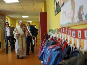 Inaugurazione scuola Villafranca. Don Giovanni Barbieri e il sindaco Filippo Bellesi attraversano i corridoi della scuola (foto Massimo Pasquali)