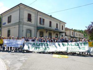 Foto di gruppo dei partecipanti alla manifestazione di fronte alla stazione di Pontremoli