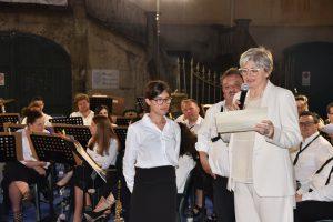 La sindaca Lucia Baracchini e il presidente della Musica Cittadina Elio Poli, consegnano l'attestato alla nuova musicante Eva Panichi (clarinetto)