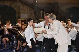 La sindaca Lucia Baracchini e il presidente della Musica Cittadina Elio Poli, consegnano l'attestato al nuovo musicante Stefano Pinotti (clarinetto)