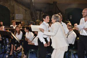 La sindaca Lucia Baracchini e il presidente della Musica Cittadina Elio Poli, consegnano l'attestato al nuovo musicante Leo Bottoni (tromba)