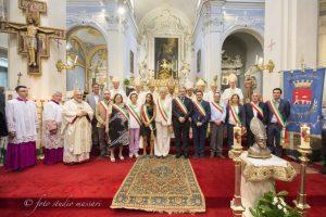 Foto ricordo con il card. Bagnasco, vescovi, sacerdoti e rappresentanti dei territori convenuti a Pontremoli