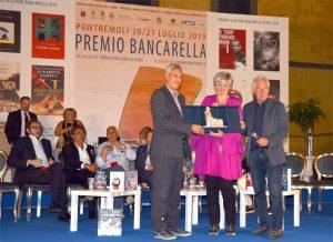 Il sindaco di Pontremoli, Lucia Baracchini, e il presidente della Fondazione Città del Libro, Gianni Tarantola, premiano il vincitore PaoloPaci