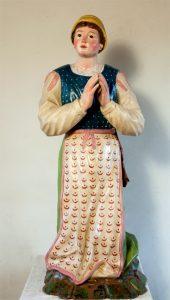 La statua dell'orante del gruppo della Madonna di Caravaggio appena restaurata