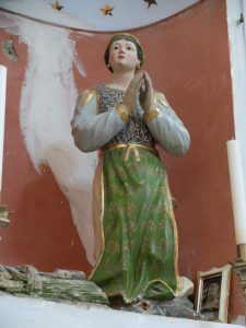 La statua quando ancora si trovava nella nicchia all'interno della chiesa di Adelano, prima del restauro che l'ha riportata all'aspetto originale
