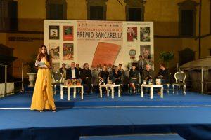 Un momento della serata con i finalisti, la conduttrice e la presidente del Premio Sara Rattaro