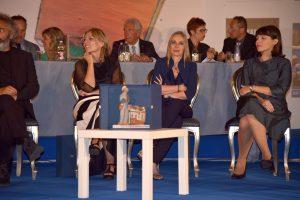 Tre delle scrittrice presenti sul palco. Da sinistra Sara rattaro (presidente del Premio), Elisabetta Cametti e Alessia Gazzola.