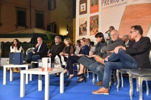 I finalisti sul palco del Bancarella. Da sinistra Marco Scardigli, Tony Laudario, la presidente del Premio Sara Rattaro, Elisabetta Cametti, Alessia Gazzola, Marino Magliano e Giampaolo Simi.