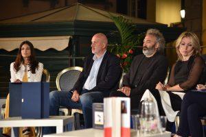 Autori e presentatrice durante lo spoglio delle schede. Da sinistra Gioia Marzocchi, Marco Scardigli, Tony Laudadio e Sara Rattaro