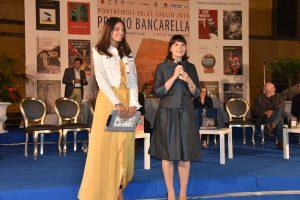 Alessia Gazzola (a destra) subito dopo la vittoria del Bancarella