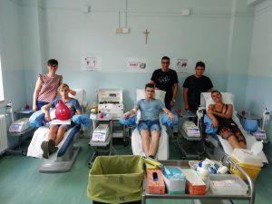 I giovani del gruppo Fratres di Filattiera che effettuano la loro donazione