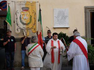 La benedizione della targa che ricorda i cinque civili uccisi a Ponticello il 2 luglio 1944
