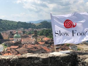 La bandiera di Slow Food svetta dal Castello del Piagnaro