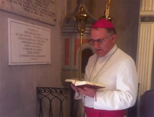 Il vescovo Mirek a Posara mentre benedice la targa in ricordo di donAdriano nella chiesa di Posara dove fu parroco.