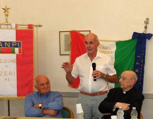 Don Silvano Lecchini e Giovanni Tognarelli testimoni del rastrellamento dell'agosto 1944 a Zeri, al convegno organizzato dalle Anpi di Pontremoli e Zeri. Qui con il figlio del magg. Gordon Lett, Brian.