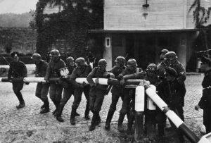 Soldati tedeschi rimuovono la sbarra alla frontiera tra Germania e Polonia, il 1º settembre 1939