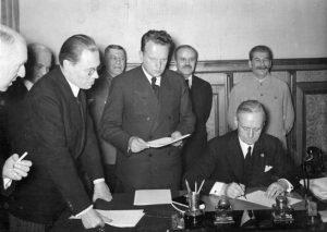 Mosca, agosto 1939: la firma del patto di non aggressione Molotov-Ribbentrop tra URSS e Germania. Pochi giorni dopo Hitler invase la Polonia