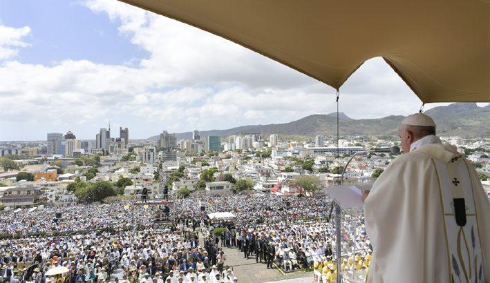 """Papa Francesco: """"Il cristiano non può stare a braccia conserte di fronte alla povertà"""""""