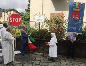 Il vicesindaco Manuel Buttini e la madre superiora suor Domenica mentre scoprono la targa con l'intitolazione del largo alla venerabile Serafina Formai