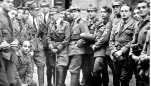 """Fiume, 1919: Gabriele D'Annunzio (con il bastone) in posa con alcuni """"legionari"""""""