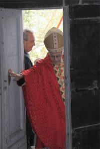 Mons. Santucci apre simbolicamente le porte della chiesa