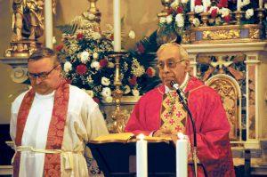 Il vescovo diocesano mons. Giovanni Santucci con il parroco don Andrea Forni