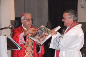 Il parroco don Andrea Forni riceve il dono del Vescovo Giovanni per la parrocchia: un evangeliario