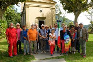 Il gruppo dell'ANPI Pontremoli davanti alla chiesa di S. Anna di Stazzema