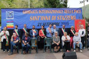 """Sul palco della Giornata Internazionale della Pace i rappresentanti di """"Libera"""" e di """"Emergency"""" e un gruppo di sindaci: seconda da destra, con la fascia tricolore, la sindaca di Filattiera, Annalisa Folloni"""