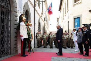 I due presidenti in raccoglimento di fronte alla targa che ricorda i caduti delle stragi nazifasciste