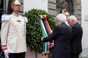 I due presidenti davanti alla corona d'alloro in omaggio alle vittime delle stragi nel fivizzanese