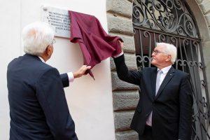 I due presidenti scoprono la targa che ricorda i caduti delle stragi nazifasciste