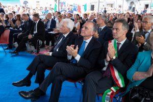 Il presidente Mattarella, assieme a quello regionale, Enrico Rossi e al sindaco di Fivizzano, Gianluigi Giannetti.