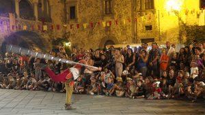 Filetto Medievale 2019 - Il giocoliere e il pubblico che osserva (foto Massimo Pasquali)