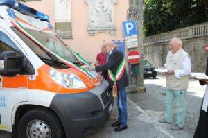 La nuova ambulanza della Misericordia di Bagnone. La benedizione del mezzala presenza del sindaco Carletto Marconi e del priore Antonio Ballestracci