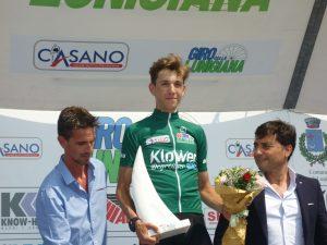 Andrea Piccolo sul podio premiato come vincitore del Giro di Lunigiana