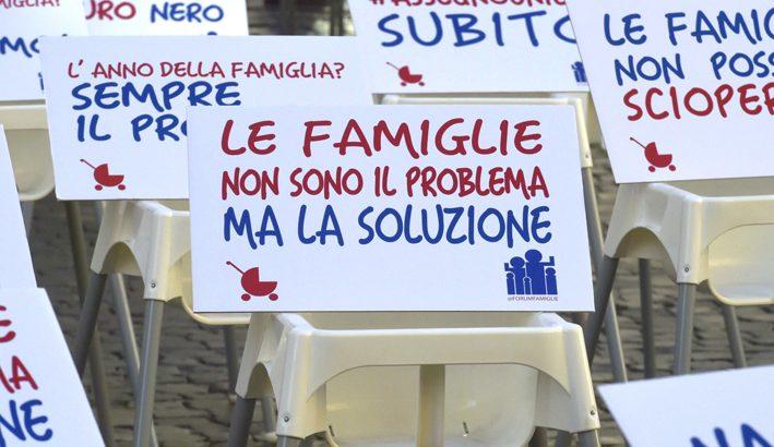 Passeggini e seggioloni vuoti a Montecitorio