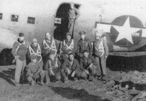 Dicembre 1944, la partenza della missione alleata che avrebbe paracadutato don Guido Anelli (primo da dx) sull'Appennino parmense