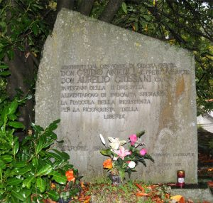 Il cippo che a Belforte ricorda i sacerdoti partigiani don Guido Anelli e don Aurelio Giussani