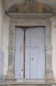 Il portale della chiesa di Casalina: rimasta chiusa sette anni per i danni del terremoto, è stata riaperta nel settembre scorso