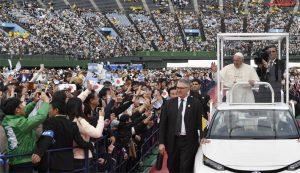 Papa Francesco nello stadio nazionale di Bangkok dove ha celebrato la S. Messa di fronte a 65.000 persone