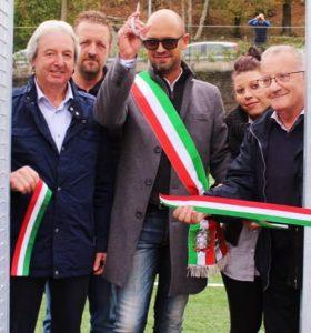 Il taglio del nastro della campo in sintetico di Coloretta con il sindaco di Zeri, Cristian Petacchi