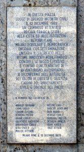 La lapide che ricorda i morti nella strage collocata sull'edificio che ospitava la filiale della Banca dell'Agricoltura a dieci anni dall'esplosione della bomba.