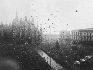 Milano, 15 dicembre 1969. La folla in piazza Duomo per i funerali delle vittime della strage di Piazza Fontana