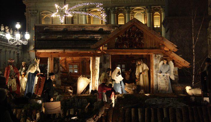 In Piazza S.Pietro a Roma inaugurato il presepe e acceso l'albero di Natale