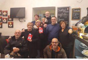 Foto di gruppo con alcuni dei partecipanti alla presentazione del libro di Bertoli