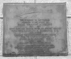 La targa che ricorda Emily Warren Roebling: fu lei a dirigere il cantiere della costruzione vista l'infermità del marito Washington Roebling che a sua volta era succeduto al padre John Roebling, l'ingegnere al quale si deve il progetto del ponte.