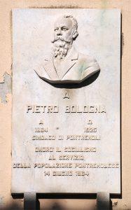 La lapide dedicata a Pietro Bologna e collocata a Pontremoli nella via omonima nel 1964